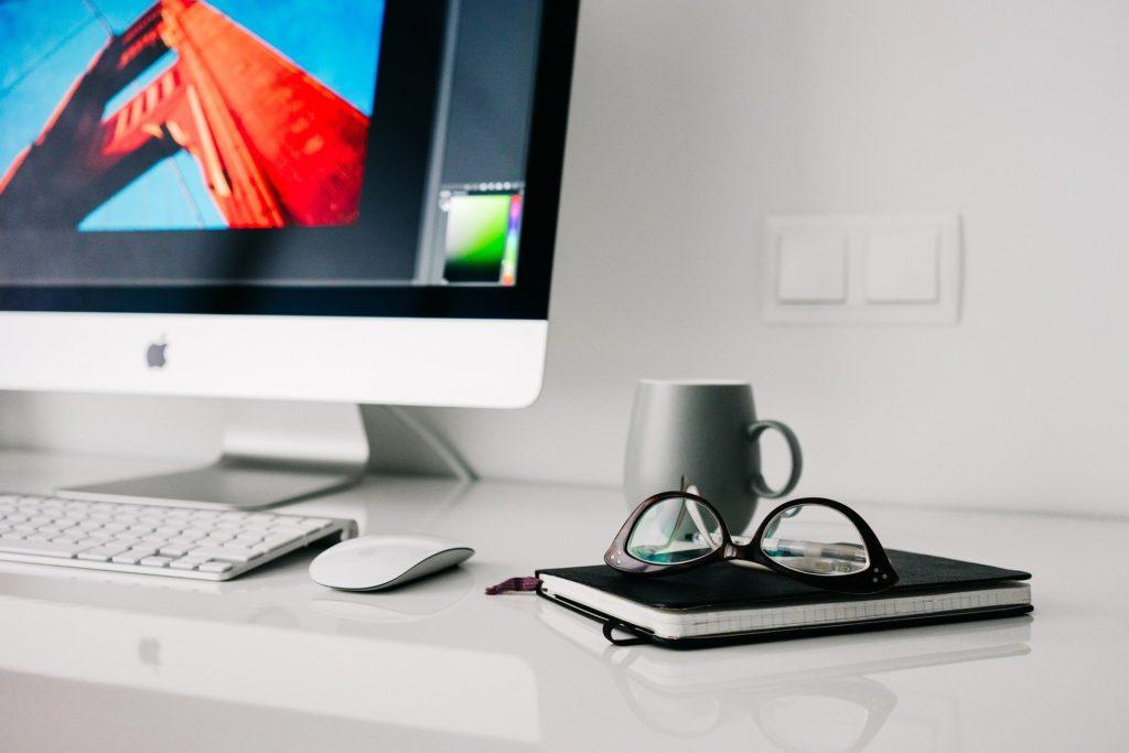 デスクトップとコーヒー